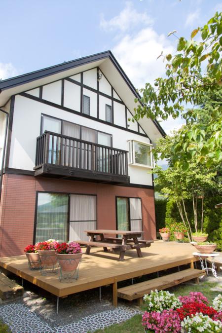 10人棟の全景、庭にはBBQハウス/貸別荘 ウルルン河口湖