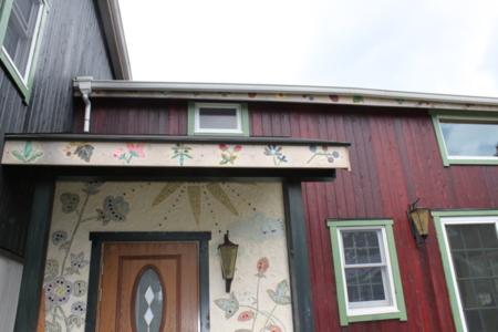 正面玄関!モザイクタイルで絵を描きました/Garden GuestHouse 木の上の子供たち
