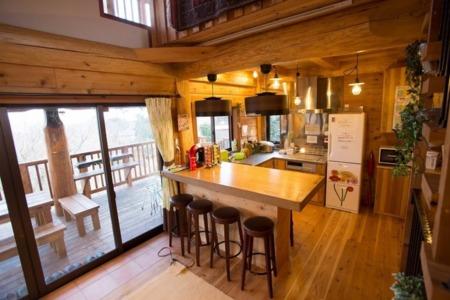 ハイカウンターもキッチンも職人手作り/天城杉のログハウス すくすく 伊豆高原