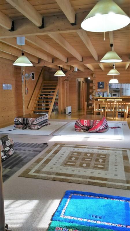 34畳ホール(こたつ3台・室内より撮影)/貸別荘 ログハウス しなの