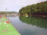 釣り堀桟橋と岸の写真です。桟橋左も釣り堀/ハウステンボス近く釣り海上宴会団体宿 白鯨