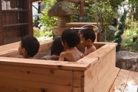 露天風呂に入る子どもたち