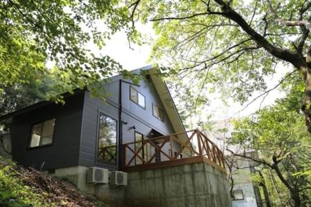 1st棟の外観、緑に囲まれた癒しの空間/たびの邸宅 HOMANN CONCEPT蔵王みやぎ