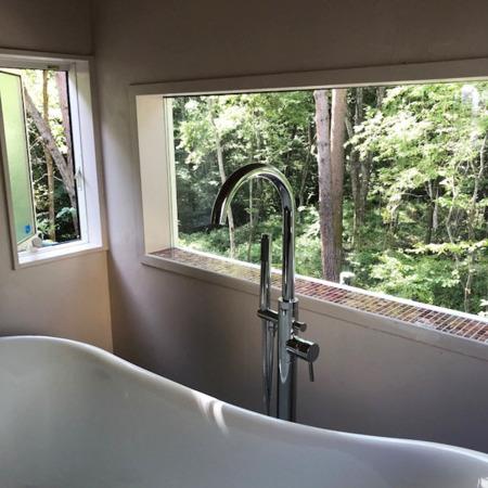 190センチの窓から森を一望/森のラブキャビン