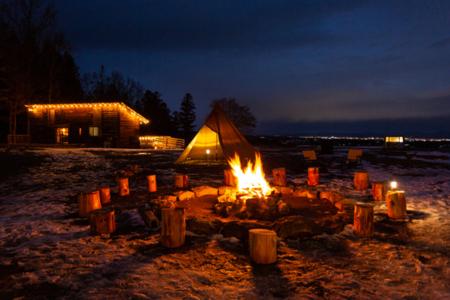 ランタンの明かりがムードを醸し出す/プライベートキャンプ場 響きの森