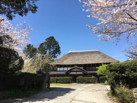 伝統の茅葺屋根です。/中野屋