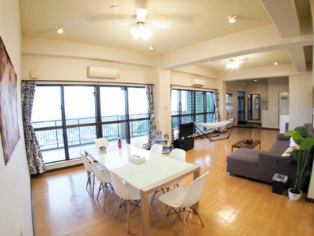 22帖のリビングダイニングスペース/上江洲島テラス